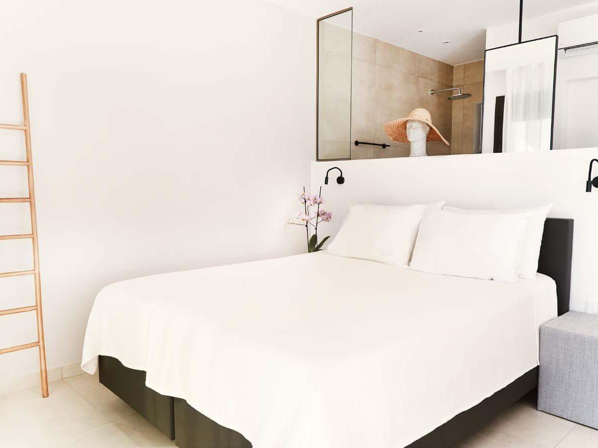 24 OIK59.2 MASTER BEDROOM 2 1200x900 - Villa Mouria