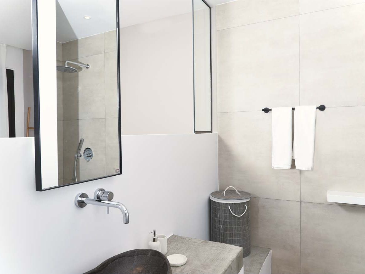 28 OIK59.2 MASTER BEDROOM ENSUITE 3 1200x900 - Villa Mouria