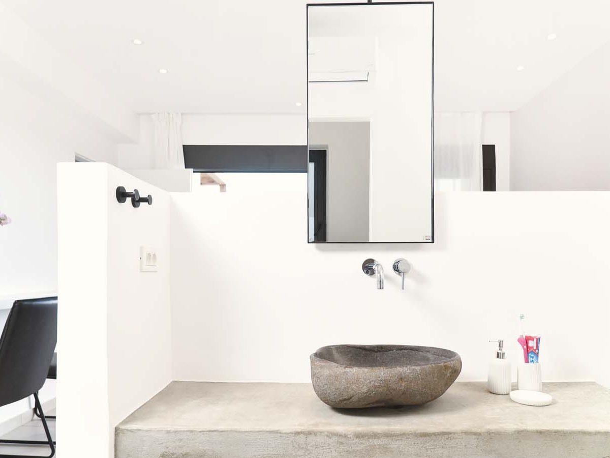 29 OIK59.2 MASTER BEDROOM ENSUITE 4 1200x900 - Villa Mouria