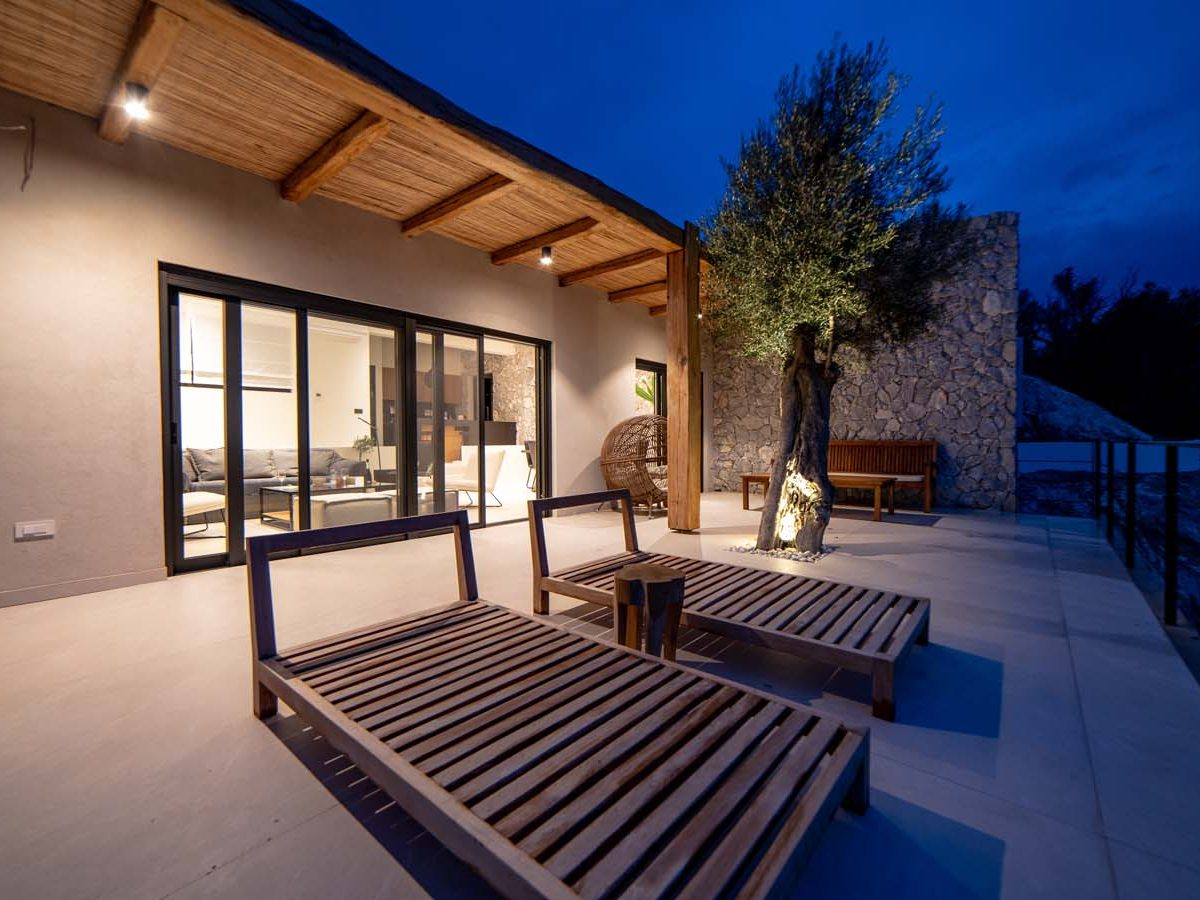 40 Villa Iris veranda main  1 1200x900 - Villa Stone Iris