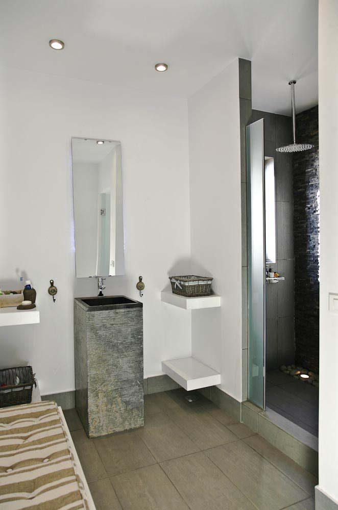 76 luxury villa madouri master bathroom 1st floor master 662x1000 - OIK1K1 Villa Madouri