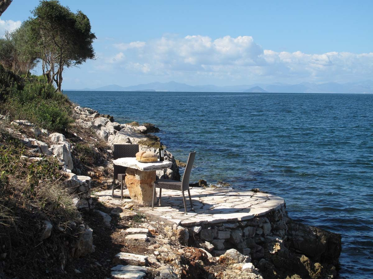 SEAFRONT TABLE BY THE SEA 1200x900 - OIK26 Villa Amalia